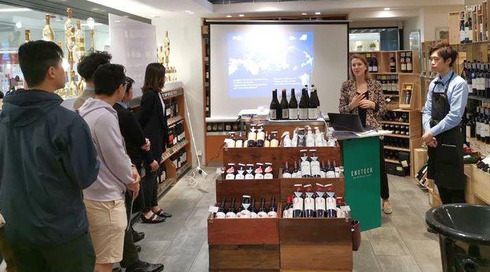 ססיל ז'קארד בחנות יין בהונג קונג. צילום מדף הפייסבוק