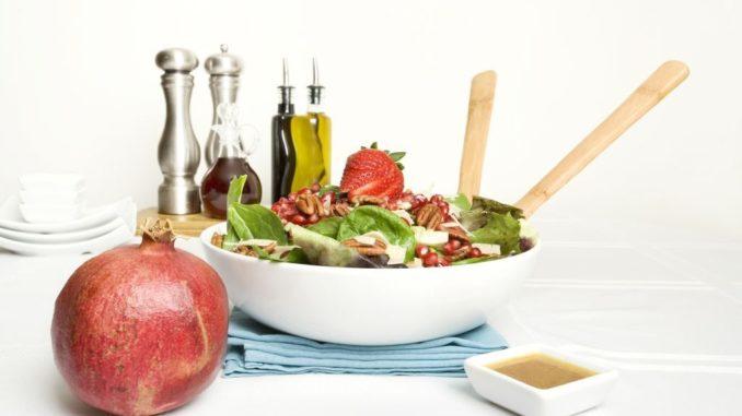 להוסיף לאט לאט דבש, ½ כוס שמן, רכז רימונים, מלח, פלפל וסוכר ולבדוק את סמיכות הרוטב