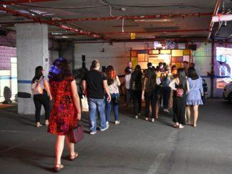 רביעי בסוראמרה: מקיפים את הבניין ומגיעים לכניסה רחבה של מגרש חנייה תת קרקעי בה ממתינים כבר כ-20 איש. צילום איריס לוי