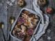 ערבבו בקערה 8 כפות רוטב רימונים, שמן זית, אבקת כמון ושום. צקו על העוף את הרוטב שנוצר וכסו עם נייר נצמד