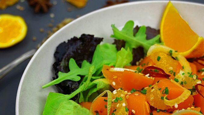 הניחו את פלחי התפוזים בקערה. הוסיפו את הגזר וערבבו. ניתן להוסיף רצועות בצל דקות, עירית קצוצה, בוטנים, אגוזים ושומשום