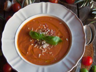 הניחו את העגבניות בצנצנת הבלנדר יחד עם לחם, שום, מלח ורבע מכמות שמן הזית