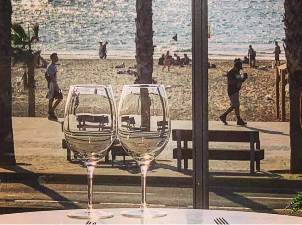רואים שקוף בהמתנה לבראנץ' שישי במסעדת הולה בתל אביב. לכוסות נמזג בהמשך יין הבית – שרדונה של נטע. צילום יולה זובריצקי – צלמת נשמה רב-תחומית