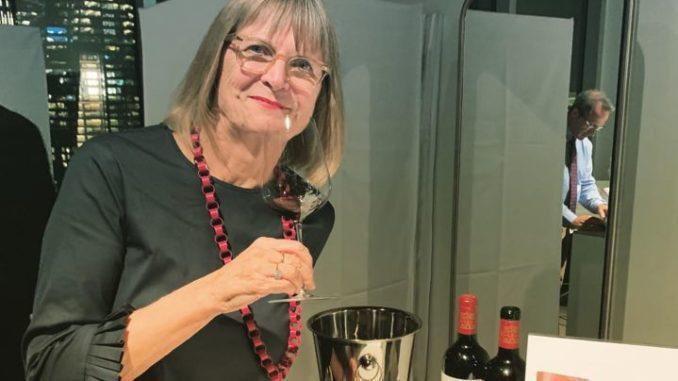ג'נסיס רובינסון עם קסטל גרנד וין 2016 בהשקת המהדורה השמינית של האטלס העולמי של היין – The World Atlas of Wine, 8th Edition. הצילום בסיוע אלי בן זקן מיקב קסטל