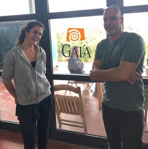 אלון גונן ביקב גאיה עם הייננית לטו – בתו של פרופסור יאניס פראסקבופולוס, גם היינן היועץ של יקב מאיה בכפר תקווה