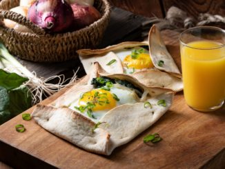מניחים במרכז כל טורטייה פרוסת גבינה, כף גדושה תרד ומעל בזהירות ביצת עין. סוגרים כל טורטייה למעטפה פתוחה. צילום נמרוד סןנדרס
