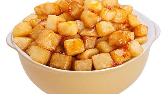 מוסיפים למחבת את תפוחי האדמה ומקפיצים 1- 2 דקות. צילום דניאל לילה