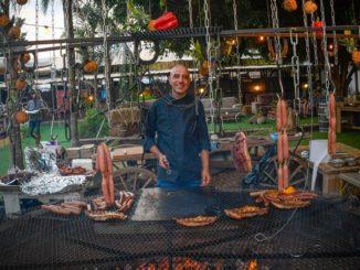ניסן אלקיים מלהטט בעמדת הבשרים שלו כמו דיג'יי מיומן בהופעה. חגיגה לאוהבי בשר. צילום benco photographer