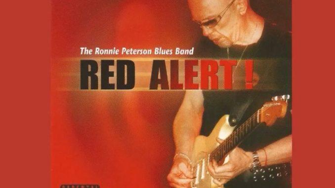 מעבר להיותו גיטריסט-על רוני פיטרסון הוא גם זמר, והשילוב עם אחינועם – וואו. צילום מיוטיוב