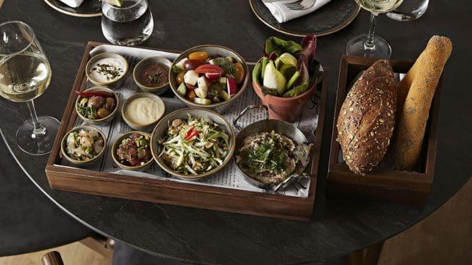 תפריט הצהריים כולל מגש של שבע מנות פתיחה המגיע למרכז השולחן. צילום אפיק גבאי