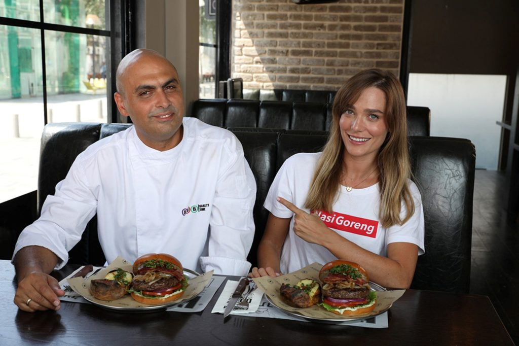דנה פרידר ושף אילן פנחס בצילומי קמפיין ההמבורגרים הארגנטינאים של BBB. צילום עדי אורני