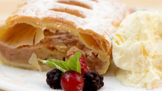 מותחים את הבצק על בד עד שמתקבל בצק דק שניתן למלא במילוי תפוחי עץ. ממלאים את השטרודל ומגלגלים. צילום pixabay