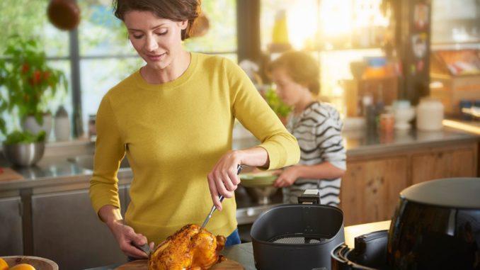 מרחו את התערובת על העוף לפני האפייה. אפו במשך 60 דקות בטמפרטורה של 135 מעלות וכל 15 דקות מרחו עוד תערובת