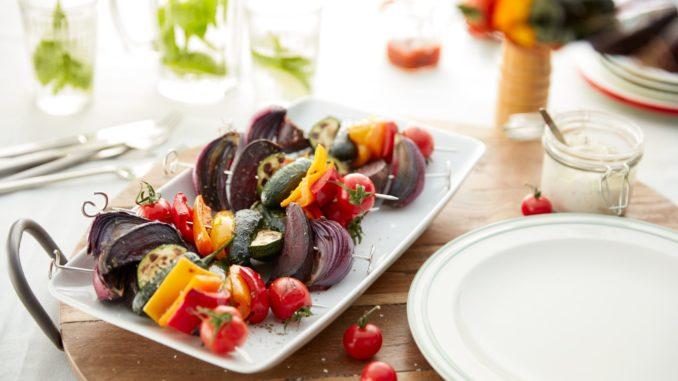 ערבבו את הירקות בקערה יחד עם שמן הזית, עשבי התיבול והתבלינים