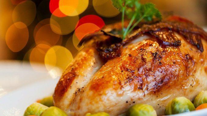 המנה העיקרית המוגשת למרכז השולחן היא תרנגול הודו שלם ממולא בכל טוב וצלוי היטב
