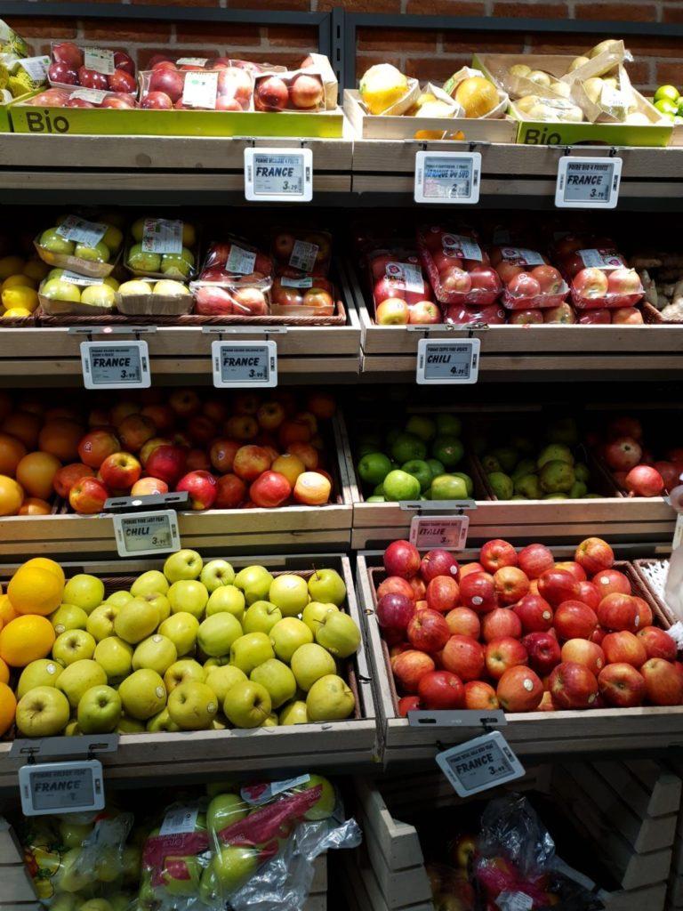מדפי תוצרת טרייה בסופרמרקט באירופה