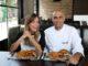 שף אילן פנחס – השף הראשי של רשת BBB עם הפרזנטורית דנה פרידר ומנות ביג ג'ק בורגר. צילום עדי אורני