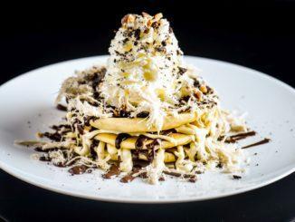 רגע לפני ההגשה יוצקים מעל הפנקייק לפי הטעם סירופ מייפל או שוקולד. ניתן להוסיף סוכריות, קצפת ועוד. צילום גליה אבירם
