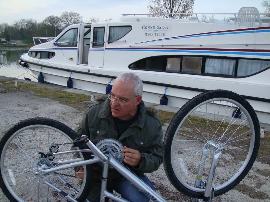 חיים קוזניץ ליד הסירה בטיול של שייט עצמי בתעלות המים בחבל בורגון