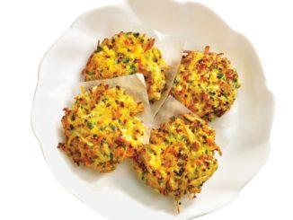 מוסיפים לתערובת הירקות את הקינואה המבושלת, ביצים, קמח מלח ופלפל ויוצרים לביבות שטוחות. צילום ארז בן שחר
