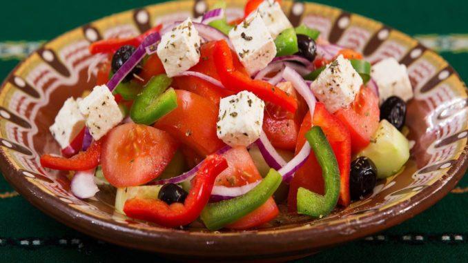 הסלט המרענן הזה מורכב מעגבניות, זיתים, מלפפון, וקובייה נדיבה של גבינת פטה.