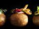 מסדרים שלוש פרוסות זוקיני ירוק-צהוב-ירוק על הסופגנייה ומוסיפים עלה מיני בזיליקום. צילום דניאל לילה