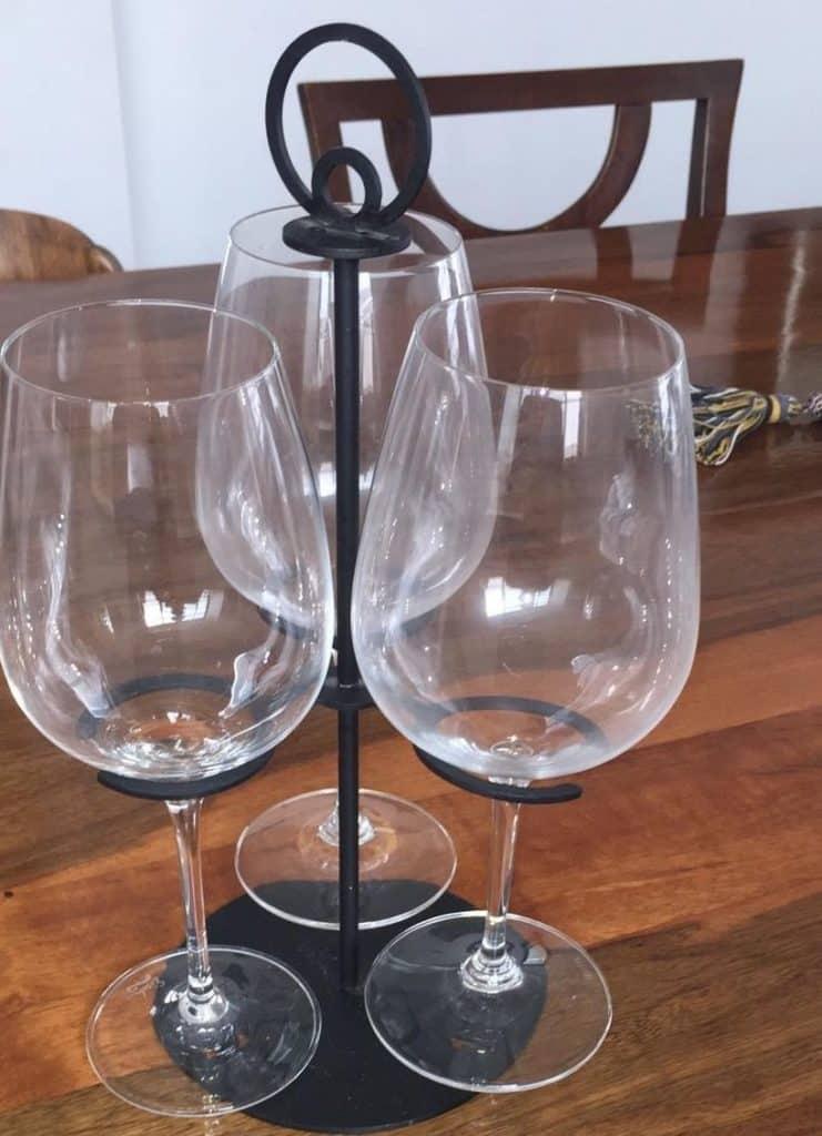 מיתקן כוסות יעף היין של ברקן. צילום כרמי לבנשאיין