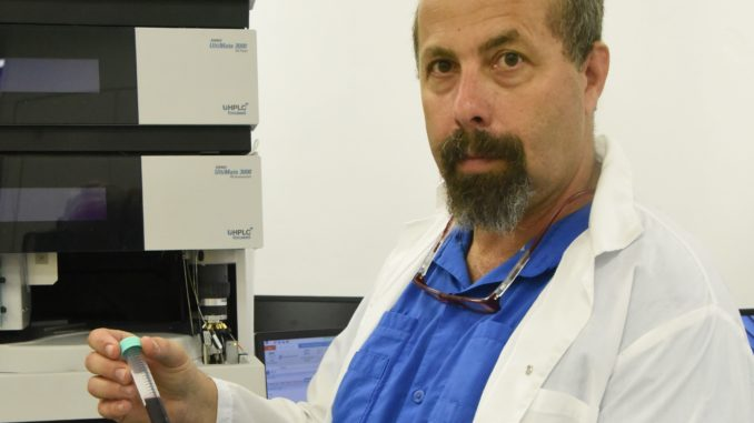"""ד""""ר מאיר שליסל – ראש קבוצת החוקרים שעמלים על פיתוח יין-על בעל יתרונות בריאותיים יוצאי דופן. צילום המכללה האקדמית תל-חי"""