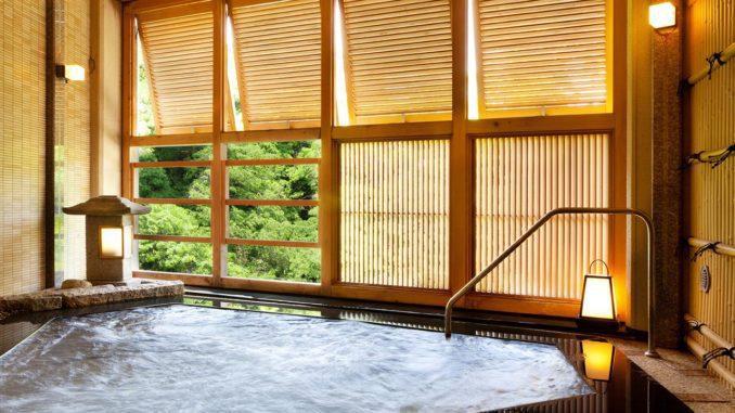 מעיינות חמים הם אתרי תיירות מבוקשים. לדוגמא, המחוז היפני קאגה הוא אוסף של מעיינות חמים ואתרי נופש שחלקם פועלים כבר מהמאה השמינית לספירה