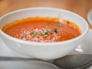 לטגן את ירקות השורש בשמן מעורב עם השום. להוסיף את יתרת הרכיבים פרט לאורז. צילום אסף לב