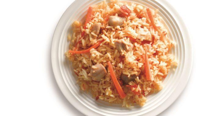 לאחר הוצאת האורז מהתנור מוסיפים מעליו את קוביות הפרגית ומגישים חם. צילום יסמין ואריה