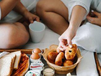 ארוחת בוקר שמגיעה עד למיטה נחשבת בעיני רבים לפינוק המושלם ביותר במהלך בוקר רגוע בבית