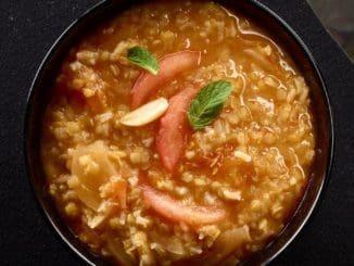 מוסיפים את האורז, בוחשים ומוסיפים כ-3/4 כוס מים. מכסים ומבשלים במשך 25-20 דקות עד שהאורז רך ותפוח. צילום יסמין ואריה