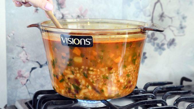 מבשלים את המרק במשך 60 דקות או עד שהשעועית האדומה רכה לגמרי. מערבבים מדי פעם, טועמים ומתקנים תיבול. צילום רחלי קרוט