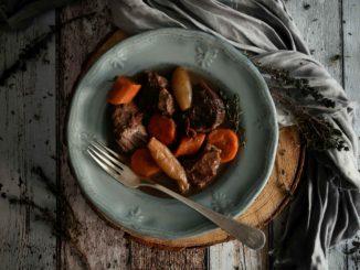 כסו את תבנית האפייה ובשלו על אש קטנה למשך מספר שעות בחום נמוך או עד שהבשר יתרכך