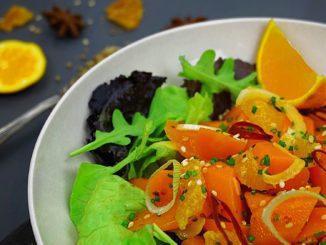 שימו את התפוזים בקערה. הוסיפו את הגזר וערבבו. ניתן להוסיף רצועות בצל דקות, עירית קצוצה, בוטנים, אגוזים ושומשום