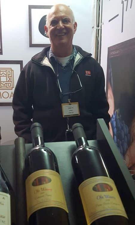 גיל אופיר מיקב אופיר בתערוכה. צילום מדף הפייסבוק
