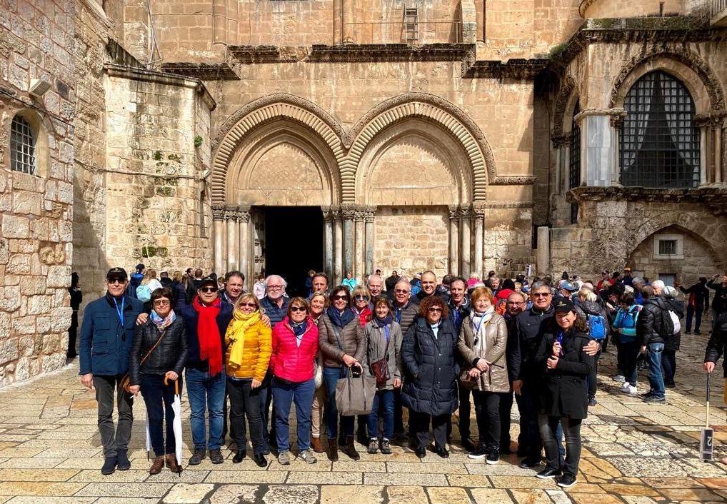 חברי קבוצת סנט אמיליון בכנסיית הקבר בעיר העתיקה. צילום אפרת בן אפריים