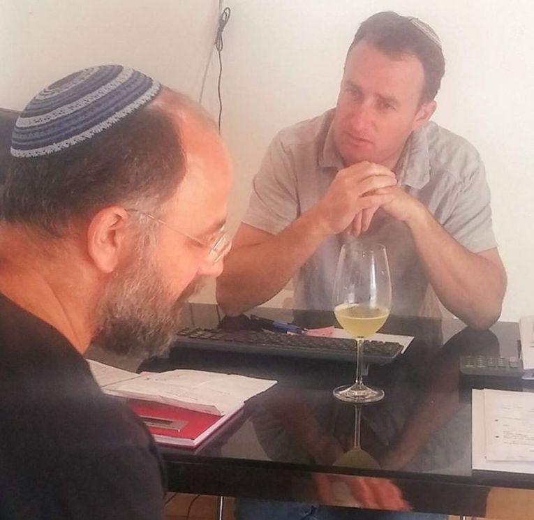 """יעקב אוריה עם יעקב ברג מנכ""""ל יקב פסגות. צילום מדף הפייסבוק"""