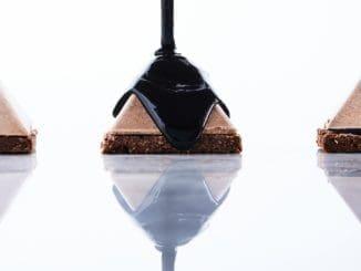 מקציפים את החלבונים עם הסוכר וכאשר נוצר קצף יציב ומבריק מקפלים אותו לשוקולד. צילום אמיר מנחם