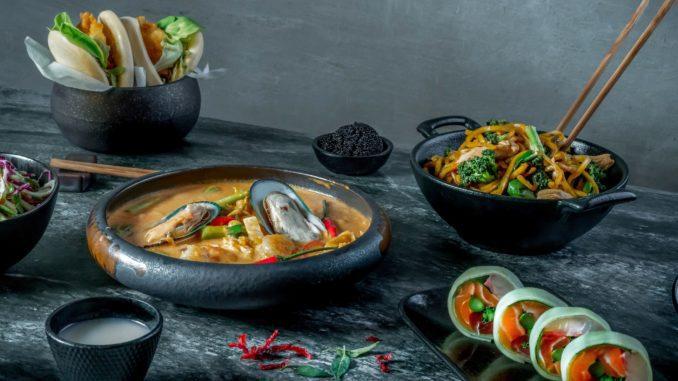 התפריט משלב מטבחים עם מנות תאילנדיות, יפניות, סיניות, וייטנאמיות וסושי לסוגיו וגווניו. צילום אסף קרלה