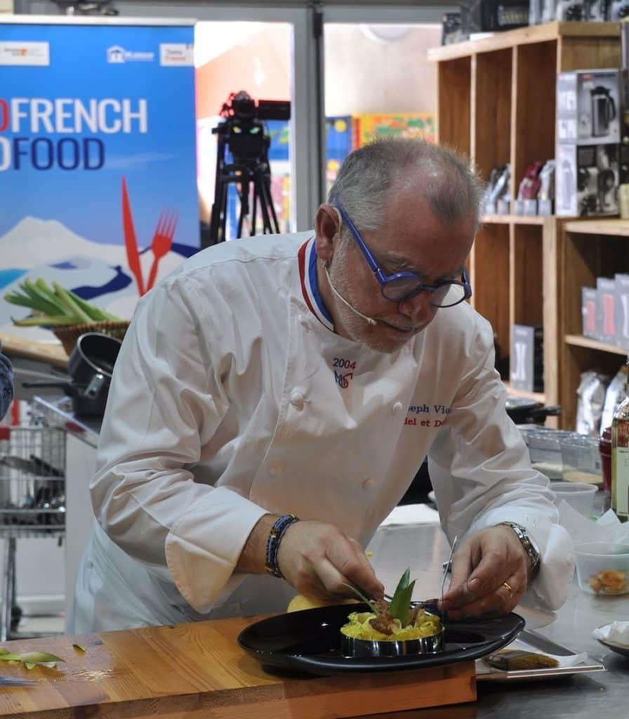 שף ז'וזף ויולה מכין את המנה. צילום איריס לוי