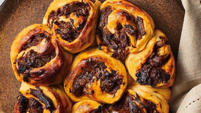 מוסיפים את נתחי הכתף וסוגרים אותם 10 דקות עד השחמה. מתבלים את נתחי הבשר בשום, רוטב צ׳ילי, סויה, עגבניות, רסק עגבניות, סוכר ומים לכיסוי. צילום נמרוד סונדרס