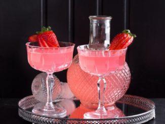 Strawberry white - את התות חותכים לריבועים קטנים. מוסיפים לכוס ומערבבים בעדינות. צילום דרור עינב