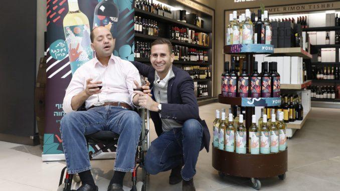 יוסי סמואלס עם אנדרו דאנוס מבעלי ג'יימס ריצ'רדסון וחבר באגודת הידידים של ארגון שלוה. צילום אלירן אביטל