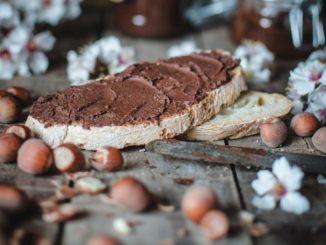 שיברו את השוקולד לחתיכות קטנות כדי להמיס אותו. ניתן לעשות זאת בטמפרטורה נמוכה במשך דקה אחת במיקרוגל