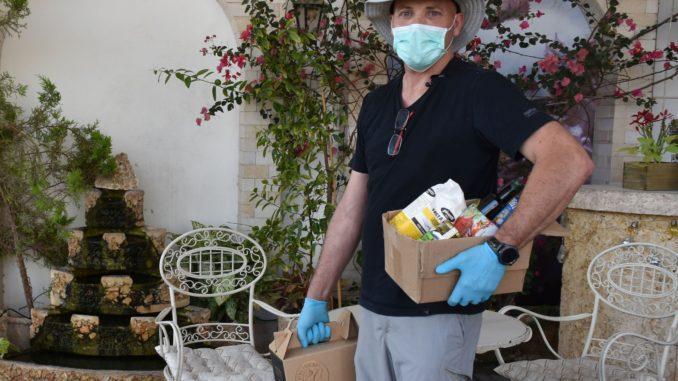 ביינות אילת לוקחים את הקורונה ברצינות ומביאים יין ומוצרים נוספים הביתה באמצעות מתנדבים מקומיים. צילום טלי זיינדברג