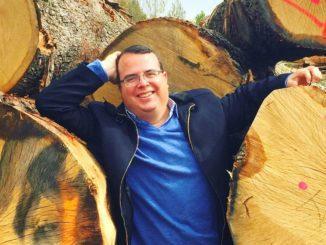 יותם שרון - יינן יועץ על רקע עצי אלון בדרכם להפוך לחביות. צילום Jean-Marie Garrigue