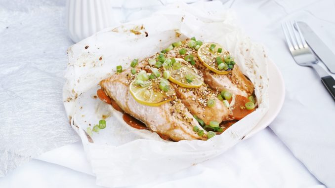 צולים בתנור כ- 15 דקות או עד שהדגים מוכנים לטעמכם ומגישים עם שומשום קלוי ובצל ירוק קצוץ לצד פרוסות לימון