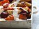 מזלפים את הרוטב מעל הירקות החמים ומגישים מיד. אפשר גם להגיש עם קערית רוטב בצד וכל אחד יוסיף לעצמו. צילום דן פרץ